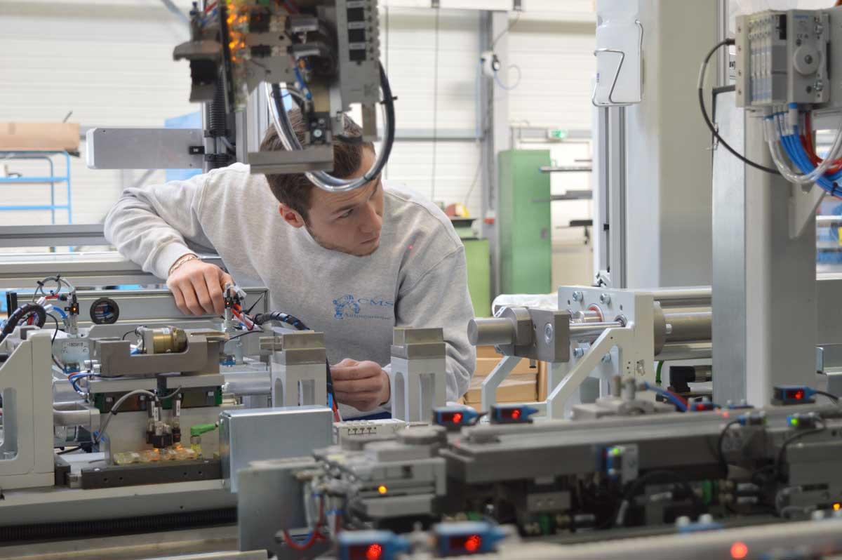 Einstellung einer Produktionslinie in der Montagehalle von CMS Automatisme